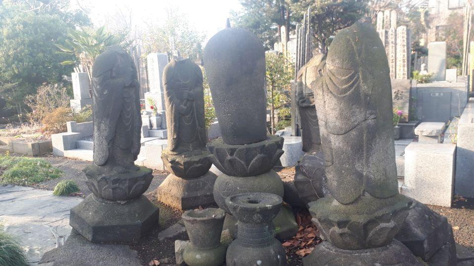 RT @ryookabayashi2: この謎の六地蔵サークル、クレイジージャーニーの羊サークルおもいだしたが、なんかこういう形は他でも見たな。女性ないし尼墓では。 https://t.co/XWkkSArYzr