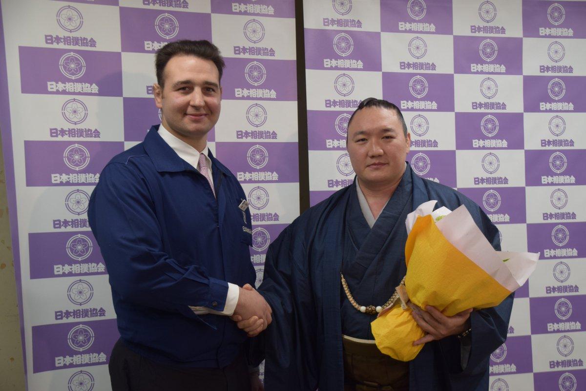 <荒鷲引退会見>同期の鳴戸親方(元大関 琴欧洲)から花束を受け取った荒鷲は、15歳でモンゴルから来日してからの約18年の相撲人生を振り返り「日本に来て良かった。相撲界に入って育ててくれて感謝の気持ちでいっぱいです。」と話しました。… https://t.co/UzaxbKcPR8