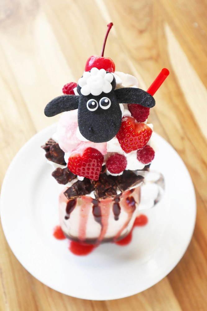「ひつじのショーン」カフェのバレンタイン限定スイーツ、ショーン×ハート型苺付きアイスなど -