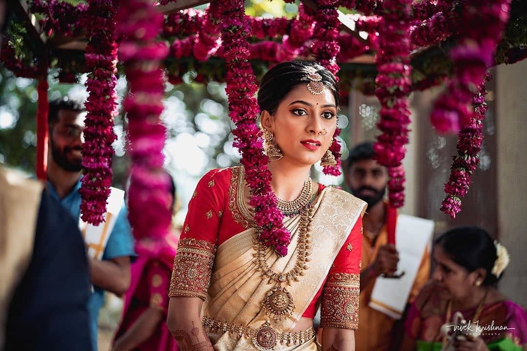 An ocean of love in her eyes @vivekkrishnanphotography Blouse by @avani_designstudio Mua @makeuphairbyvinyasahippla #bridesofindia #teluguwedding #tamilwedding #keralawedding #instagram #india #southasianwedding #southindianbride #perfectwedding #perfectweddinghubpic.twitter.com/Q00Q6z16zE