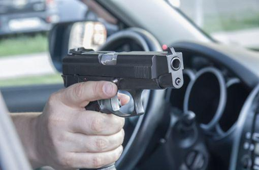 Vorfall in Zuffenhausen: Mann zielt aus Auto heraus mit Luftpistole auf Gruppe http://bit.ly/2GiwalMpic.twitter.com/PzRSdVOHiQ