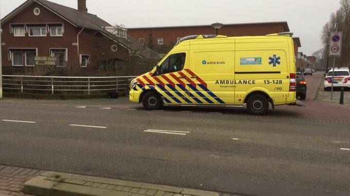 Ongelukje aan de Poeldijkseweg/Hans Lodeizenstraat Den Haag. Een persoon in ambulance https://t.co/fhVWL03yeH