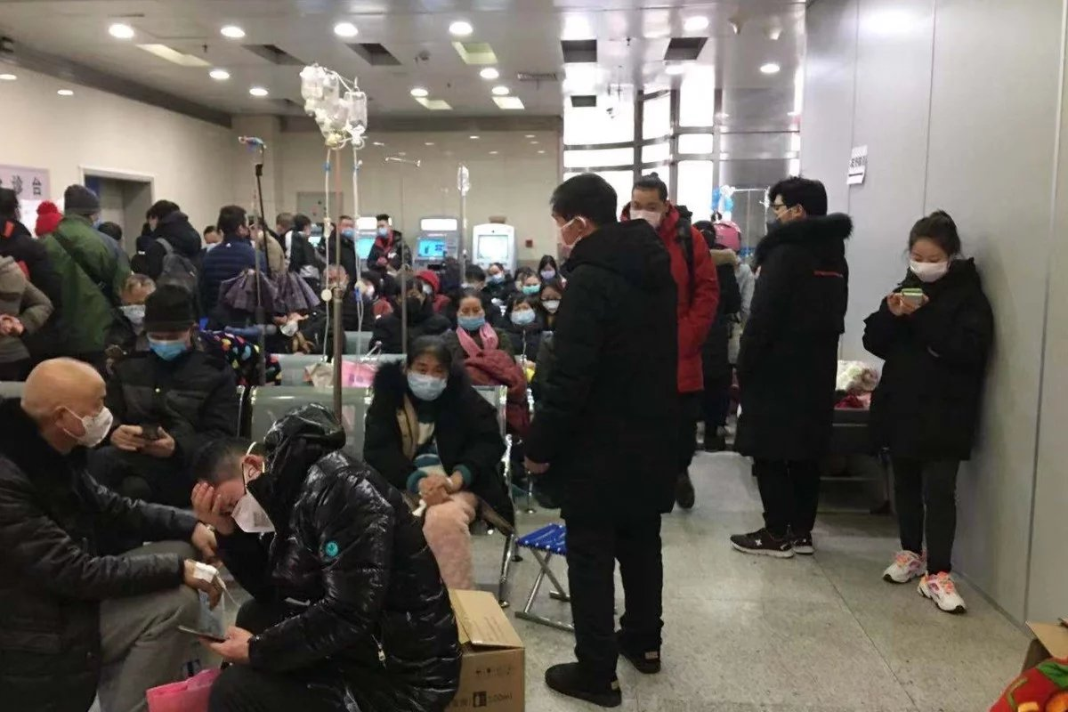 Hasil gambar untuk Kondisi salah satu rumah sakit di Wuhan yang penuh dengan kerumunan orang. (SCMP)