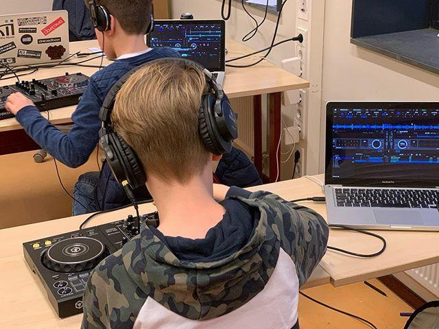 Gevorderde jocks zijn lekker bezig! #ddj400 #pioneerdj #mobiledj #djlife #mobiledjlife #edm #dance #ddj #dj #tracks #deephouse #house #music  #djschool #djschoolhouten #rekordboxdj #pioneer #rekordbox #melodichouseandtechno #hiphop #rap #techno #djset #g…