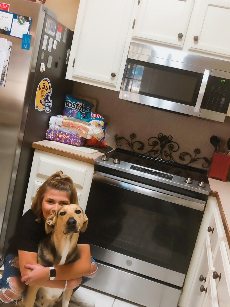 """Do everyone's kids & animals just wander around the kitchen when their hungry makin noise like they're destroying the kitchen just so you'll go see what's happening & they throw """"sweet eyes"""" on you to cook them a whole ass Thanksgiving meal?!?! I shouldn't have made eye contact! <br>http://pic.twitter.com/GD8nm0vfZE"""