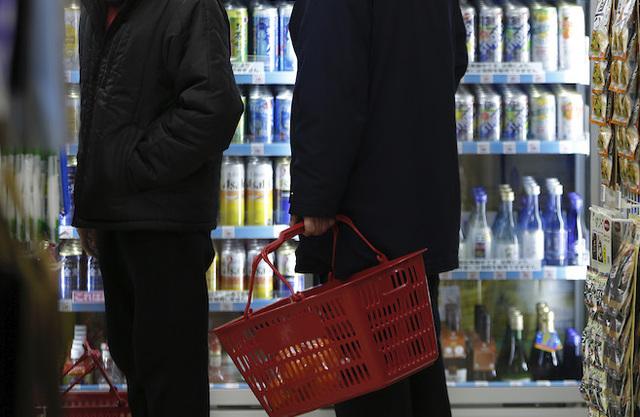 【医師が警鐘】1缶で日本酒1合換算、「ストロング系」など度数過激化の危険性「酒税法改正」でビールの税率が上がったため、メーカーは税率の低いチューハイの開発を対抗策として進めた。医師は「度数に応じて税率を変えるような仕組みの強化が必要では」と指摘。