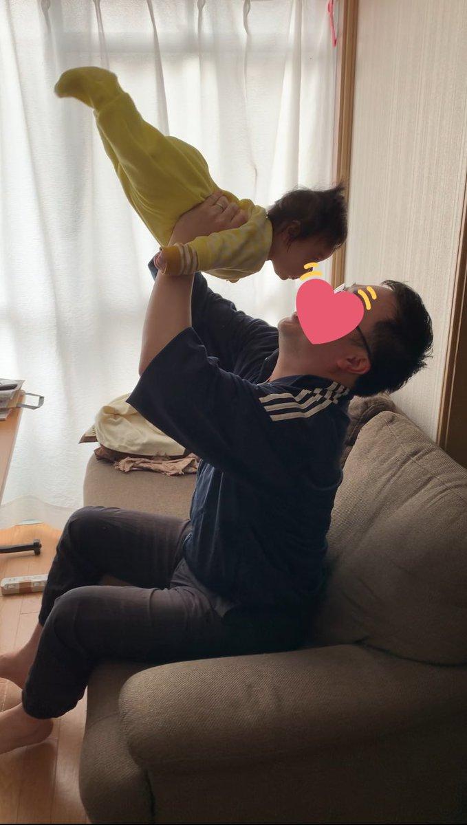 ムスメさんの背筋が強すぎて高い高いが超アクロバティック#育児衝撃画像