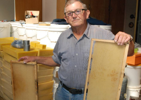 Bee-keeper extraordinaire Terry Bettini (Western Honey, Moruya) whose bees primarily feed on eucalyptus flowers (iron bark & red gum) says around 15,000 hives have been lost up/down the south coast during the bushfire crisis. He says his days in the game are numbered. Very sad. <br>http://pic.twitter.com/4d5oBQHFrZ