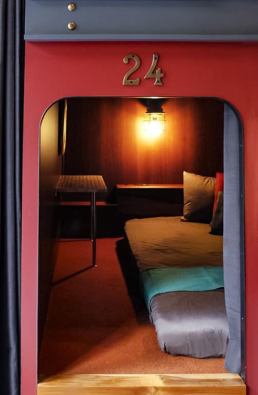 何度か頂いていた「横浜にライブ遠征するんですけど一人でも安いホテルありませんか?」という質問。それならHARE-TABIがおすすめ。寝台列車をイメージしたホステルで、クーポン付きのパスポートが貰えたり細部まで可愛い⚓︎一人でも4000円で泊まれるし、中華街にあるから夜遊びもできる〜🏮