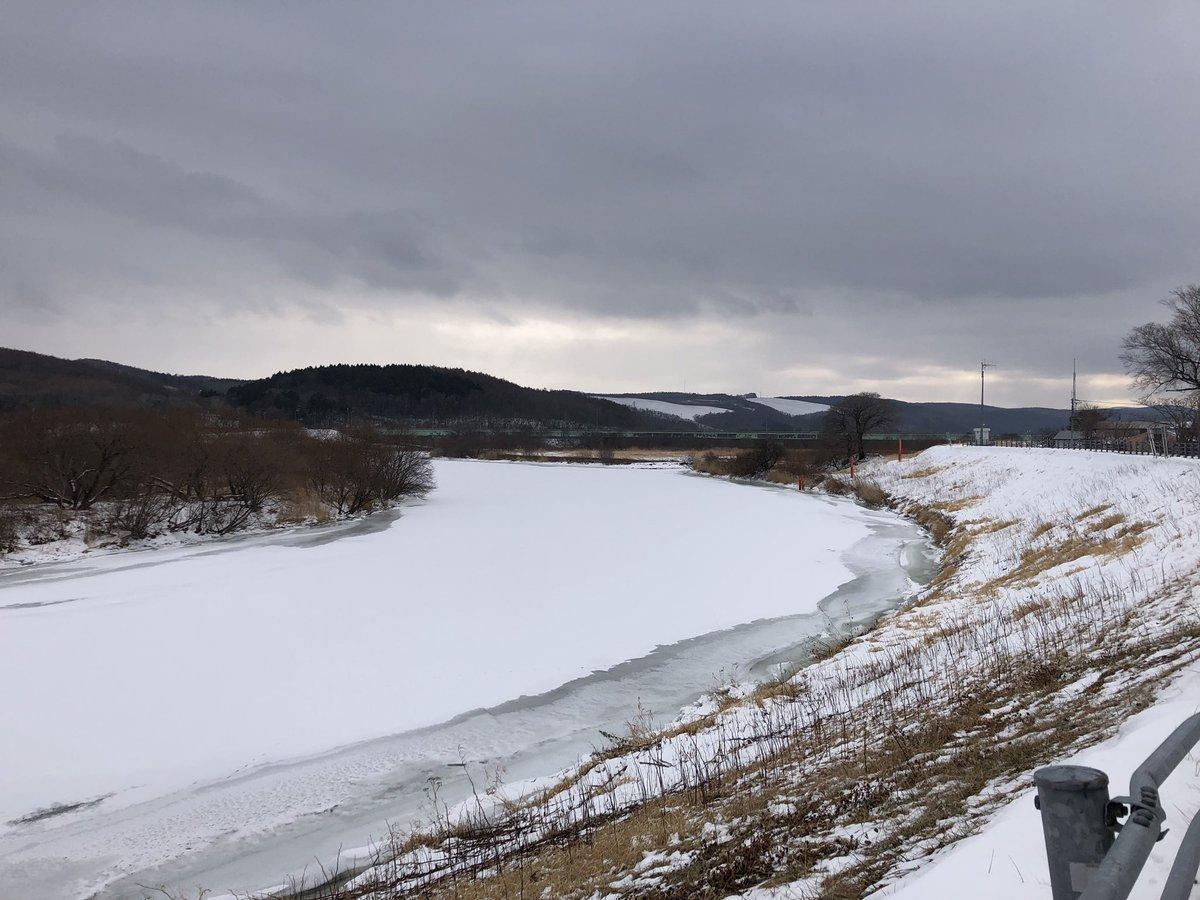 #ジュエリーアイス は #常呂川 からやってきます。11月下旬から凍りはじめて、現在は雪が積もっています。2枚目の写真は10 月の常呂川の様子です。 #常呂町 #常呂 #北海道  #sky #skylovers #nature #natural #naturelover #naturephotography #jewelry  #オホーツクール #北海道観光 #北見市 #結氷