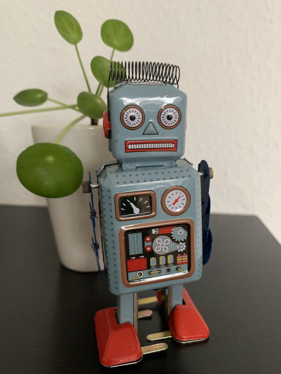 Endlich!  Jetzt muss ich ihm nur noch #KI beibringen... #roboterliebe pic.twitter.com/mXPuSDwqvi