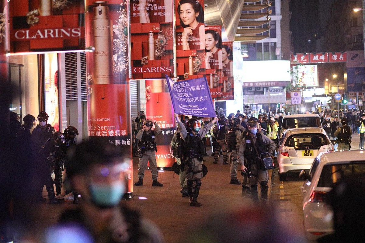 """Police fired tear gas in Mong Kok on the first night of Lunar New Year, affecting traditional street food hawkers, as protesters set up roadblocks to mark four years since the 2016 """"Fishball Revolution"""". Several arrests were reported.  Photo: Kaiser/USP社媒. #hongkong #antiELAB <br>http://pic.twitter.com/EdQnQjAu5T"""