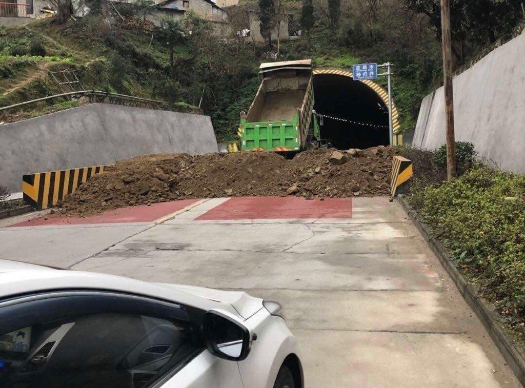 武漢からのあらゆる道路が土砂を積まれて通行止めにされている。