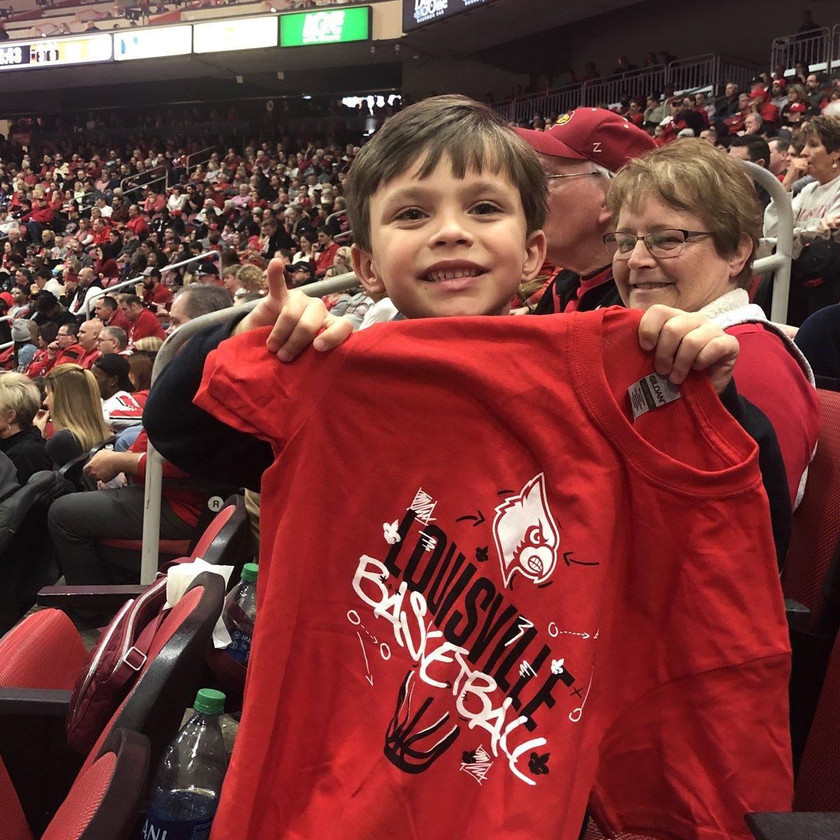 Guess who got a shirt at the @LouisvilleMBB t-shirt toss? #GoCards