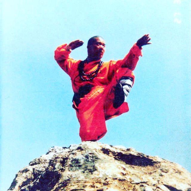 Shifu Changrong performing Shaolin Kungfu / 少林功夫 in Shaolin Temple 1998 #martialarts #kunfu #shaolin #shaolintemple #shaolinwarrior #chinesemartialarts #shaolinsi #shaolinwushu #shaolinwarriormonk #kungfumeditation #chanquanpic.twitter.com/tvIqAGWGvk