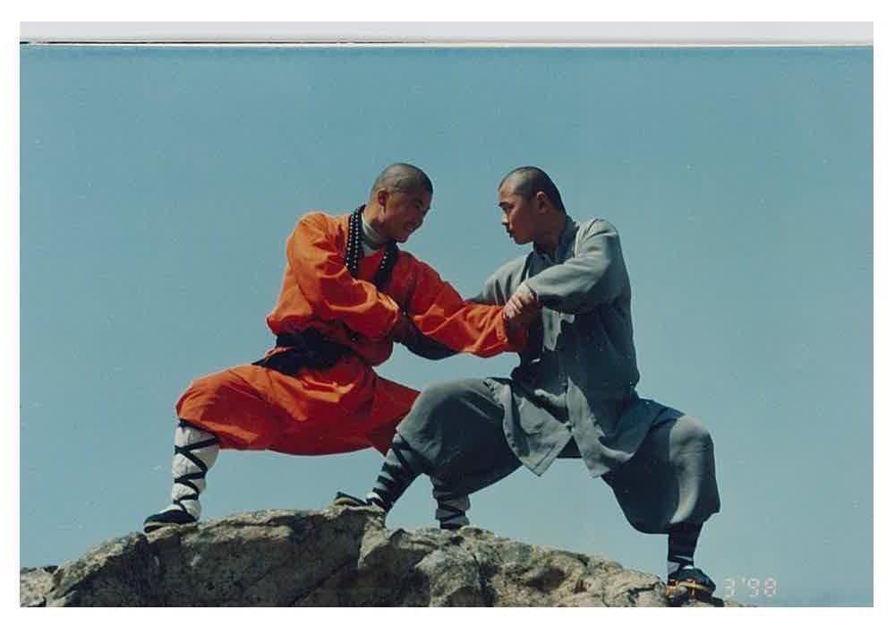 "Shifu Changrong - left performing the Shaolin Kungfu ""liuhe/六合对练"" in Shaolin Temple 1998 #martialarts #kunfu #shaolin #shaolintemple #shaolinwarrior #chinesemartialarts #shaolinwarriormonk #martialartslife #martialartstrainingpic.twitter.com/uB2NRgVigF"