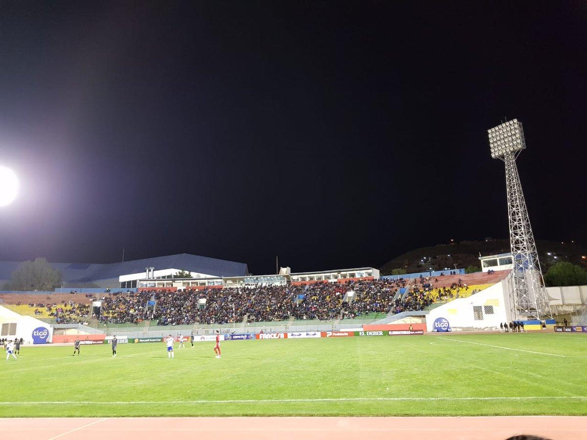 #DivisiónProfesional #Oruro  Jesús Bermudez  Nuevamente se cortó la luz en la torre norte, con pocas luces prendidas en esa torre se reanudará el partido para los minutos finales.   San José  Bolívarpic.twitter.com/rx59bkUaP5