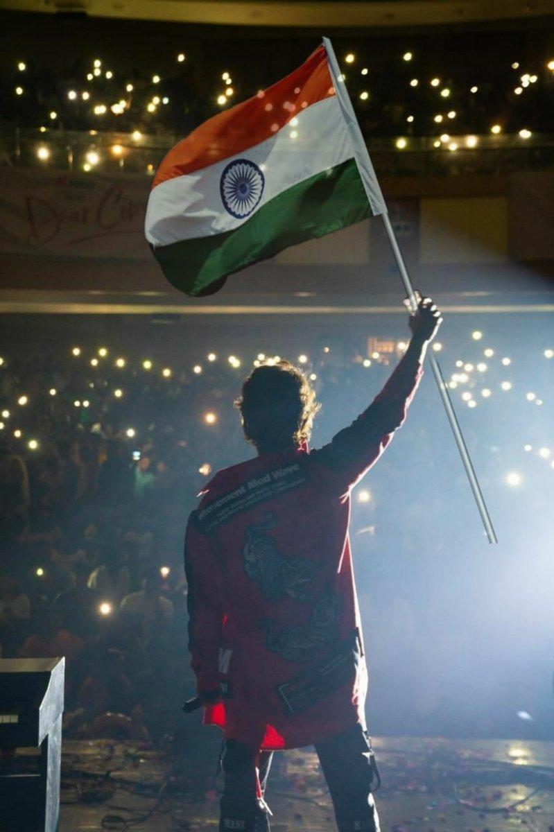 #HappyRepublicDay2020   @TheDeverakonda , @ananddeverkonda   @HEROVIJAY9 @VDOfficialTeam @DOTALLAP(TeamHandle)  #Deverakonda #vijaydevarakonda #tollersofinstagram #rowdyclub #rowdy #dearcomrademusicfestival #Vijay #rowdygirl #rowdies #shoot #wfl #bigboss3 #Christmaspic.twitter.com/5JuQtWfxxn