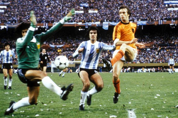 Dit is zo'n moment! Waar was jij toen Rob Rensenbrink in 1978 tegen de Argentijnen tegen de paal schoot?? #wkfinale https://t.co/paBWm9x7DB