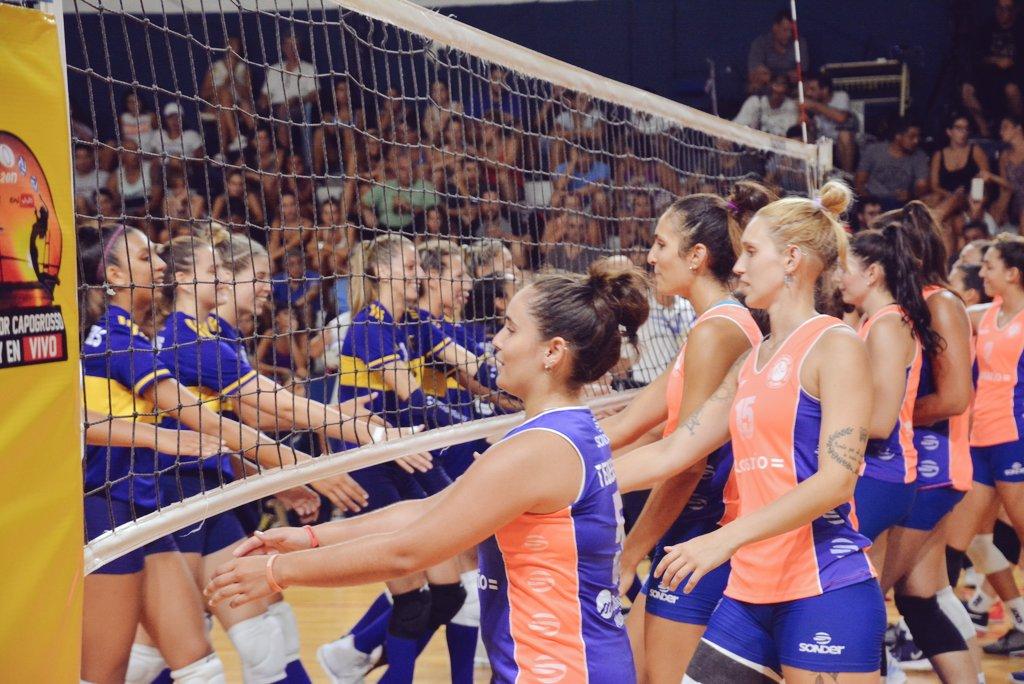 #Voley En su debut en la #LigaA1 y ante un marco impresionante, las chicas de #ClubRosario sufrieron el poderío de las tricampeonas defensoras: fue 0-3 vs #BocaJrs (14-25, 14-25 y 13-25). Este domingo tendrán revancha ante #River, en Atalaya y con entrada gratis [📸 @brunocerino] https://t.co/nwspRVsuR4