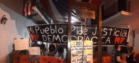 Con guillotina y cacelorazos, piden renuncia de gobernadora de Puerto Rico | Video http://ow.ly/trS330qcisC