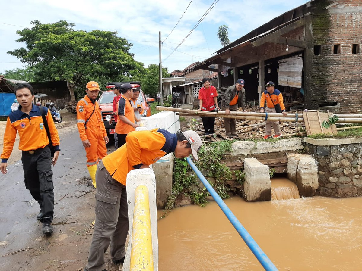 Kalaksa BPBD Prov. Jateng monitoring TKB banjir yg merendam 235 rumah di Desa Tegalsambi Tahunan Jepara pada Sabtu, (25/1) @BNPB_Indonesia @bpbdjateng @ganjarpranowo @humasjateng @jeparakabgoid @masandijepara @arwinbpbdjpr @Headlinenews_ @radiokartini @PMIKabJepara @JeparaHariIni