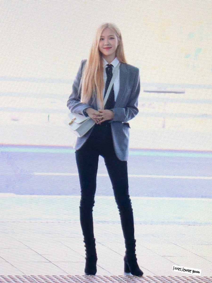 Rosé heading to Paris. Please remember to give her space if you do see her. With recent issues, health and safety always comes first. 20190126 #ROSÉ #로제 #BLACKPINK #블랙핑크