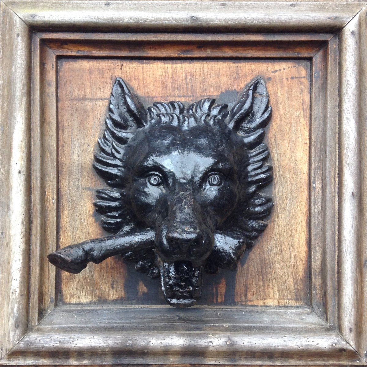 Door of the Day: A stunning wolf decoration on the front door at Highclere Castle—or, as it is better known, Downtown Abbey!  I'm posting my door inspirations from around the world to celebrate releases of The Secret of Zoone (pb-Jan28) & The Guardians of Zoone (Feb25) pic.twitter.com/FgT8baJ5En