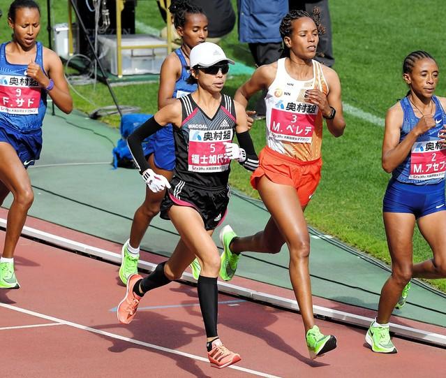 【大阪国際女子マラソン】福士加代子が棄権「やめるわ」と笑顔で https://t.co/F8P6oQTnmw  25キロ付近で棄権を申し出た。けがをした様子はなく、3月の名古屋ウィメンズを見据えてのリタイアと見られる。 https://t.co/9UFznL4WDj