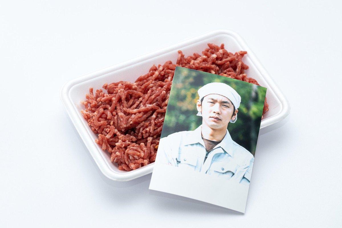このフリー素材『ミンチ肉と生産者の写真』なんだけど、不穏な空気を感じざるを得ない