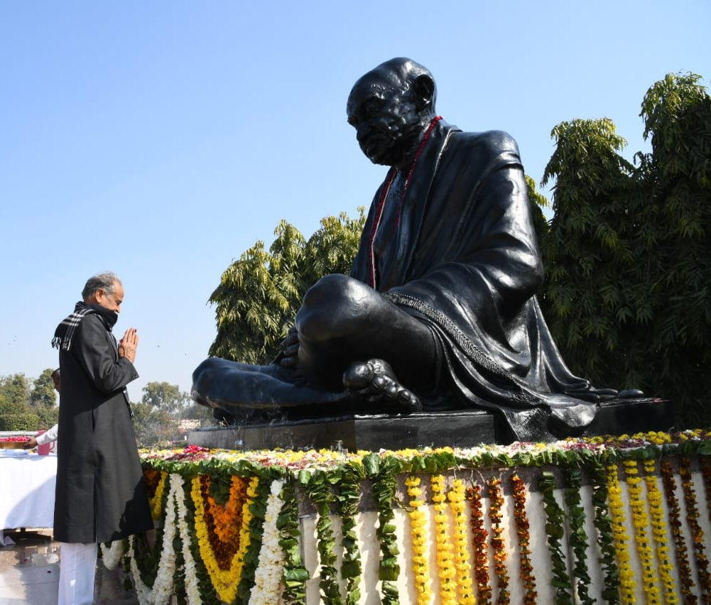 Paid my humble tributes to #MahatmaGandhi at Secretariat, #Jaipur.. #RepublicDay <br>http://pic.twitter.com/aNaq35v5zN
