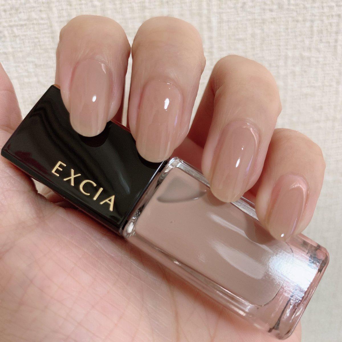 エクシアの06、スーパーナチュラルに指先が綺麗になるベージュです。これは爪用ファンデと言っていい。ベージュは沢山持っているからと思っていたのですが、接客いただいたBAさんの指先が目を惹き、尋ねるとこのお色だった。1,2枚目は2度塗りで3枚目は一度塗りだよ。高質な爪用ファンデーション。