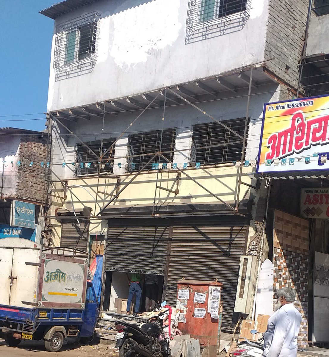 @CMOMaharashtra @mybmcWardRS @mybmc.In R/South ward20.GaneshNagar.90feet Road, Opp KaluVideo. Illegal newguest house is beendevelop.18rooms.This is Slum Area. And if Guest house is develop.For future it is dangerous.Who is Responsible. Is R/Southwill take responsibility ? pic.twitter.com/t7dpiJfcbg