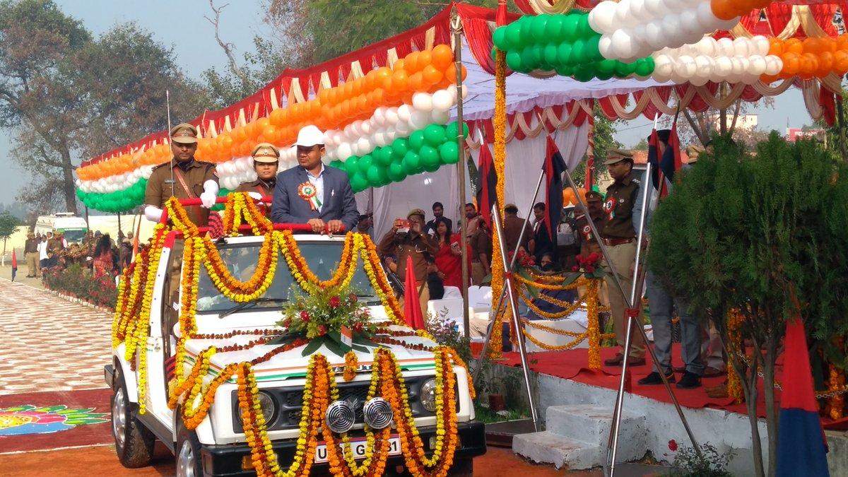 """#गणतंत्र_दिवस20 के शुभ अवसर पर मुख्य अतिथि श्री सुरेश पासी मा0 राज्य मंत्री, उ0प्र0 व #amethipolice अधीक्षक @khyatigarg_ips द्वारा मंच से """"मान प्रणाम"""" ग्रहण करते हुए परेड का निरीक्षण किया गया @CMOfficeUP @Live_Hindustan"""