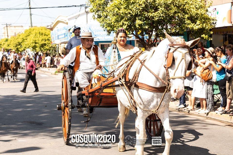 Desfile Inaugural en #Cosquin2020 nuestra corresponsal Elisa Pavin de http://Adentroo.com - conecta Argentina y Europa #folkore #Argentina #tradiciones #costumbres #viaggionelfolklore https://bit.ly/2tSsapxpic.twitter.com/x6YQz3m1dh