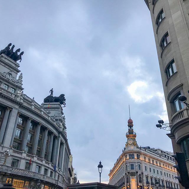 Cuando vengas a Madrid... alza la vista 😍 🔸 #larecomendadora #madrid #fachadasbonitas #nofilter