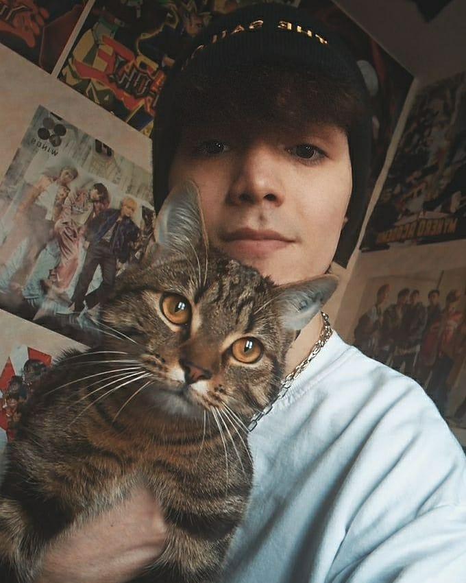 Jai trouver la photo de Félix tellement chou 🥺 du coup jai voulu essayer avec mon chat 🥰🌺 #STAY { #StaySelcaDay }