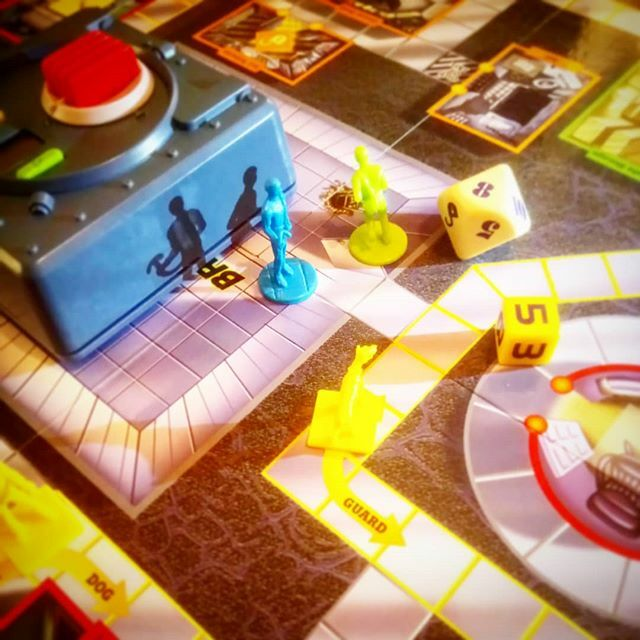 #BreakTheSafe a game from 2003 that looks like it's from 1983, plays really well though, manic! #bgg #boardgamegeek #boardgames #tabletop #gamenight https://ift.tt/2TZW7Pg pic.twitter.com/5JXmwTmtxt