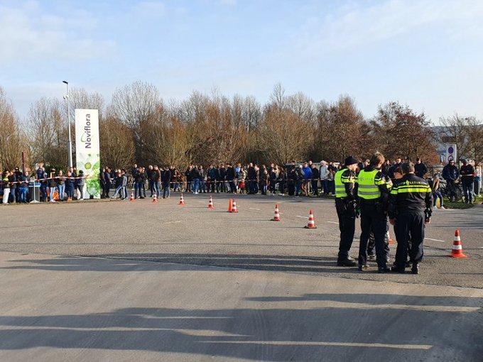 Grote drukte aan de Bloemenveiling te Honselersdijk. Afwachten of ze nog iets zien van de 2 MaxVerstappen bolides. https://t.co/lqZ6pA8Kud