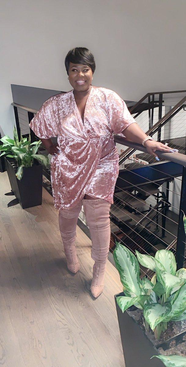 When everyone else left, God stayed#atlantanights #millionairementoracademy  #luxurygirl #bossbabe #fashionistas #pink #gem #wifeysworld #mompreneur #goaldigger #lifestyleinfluencer #millionaremindset #leveledup #womenfashion #glamworld #glowingskin #melaninpoppin #diamondspic.twitter.com/DGn7io3vKm