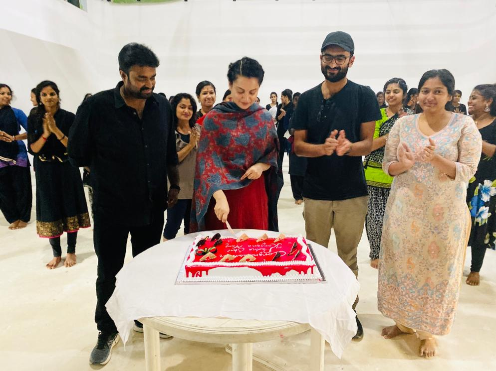 Celebrations on the sets of #Thalaivi. #KanganaRanaut was honoured with a #PadmaShri and the team got together to celebrate her achievement!