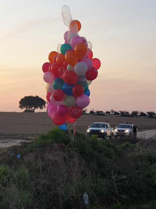 """5. Contrasta mucho con esta foto que publicó hoy el ex diputado y ex Alcalde de Eshkol @HaimJelin, del kibutz Beeri, bromeando amargamente sobre lo """"romántico"""" de los globos multicolores con el atardecer de fondo...el pequeño detalle es que llevan explosivos..y volaron desde Gaza pic.twitter.com/I2jPMGEK3s"""