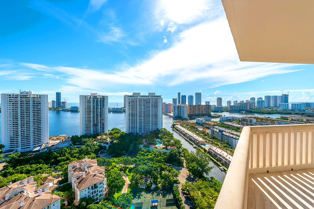 Enjoy Your South Florida Winter Views! 3BR2.5BR  Contemporary Stunner Info@ArnowitzProperties.com http://ArnowitzProperties.com   #Miami #RealEstate #williamsisland #luxurylife #yachtlife #waterfront #views #skyline #Stunningpic.twitter.com/DujLa8yuEw