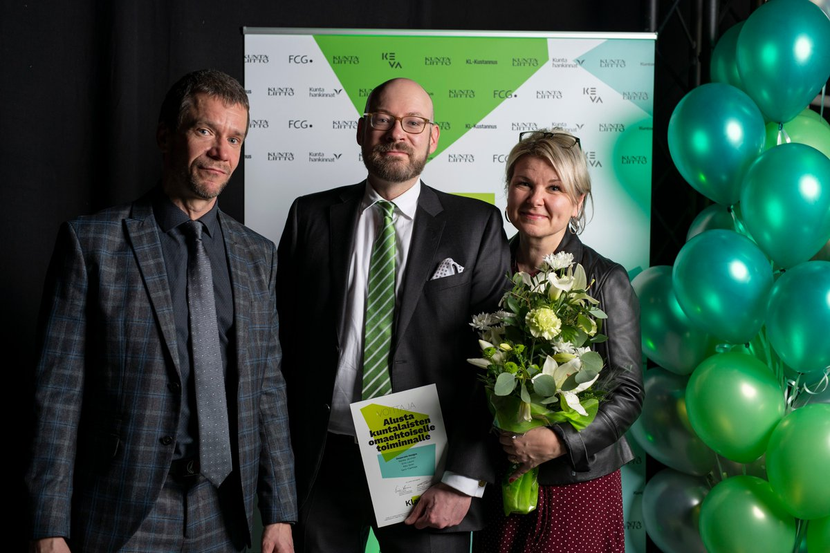 What a week! Our brilliant team Desperado Designs (@RSiren, @sami_ylipihlaja, @erno_launo & I) was one of the winners at the Innovation Contest #KLASH, which was about solving scalable solutions for municipalities. (Photo: Marko Pekkanen) #Joensuu #designthinking #innovation pic.twitter.com/vkCyqW4Tn2