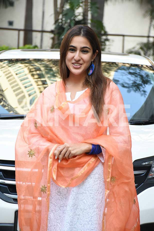 #SaraAliKhan was all smiles as she was snapped after a meeting at #AanandLRai's office earlier today.