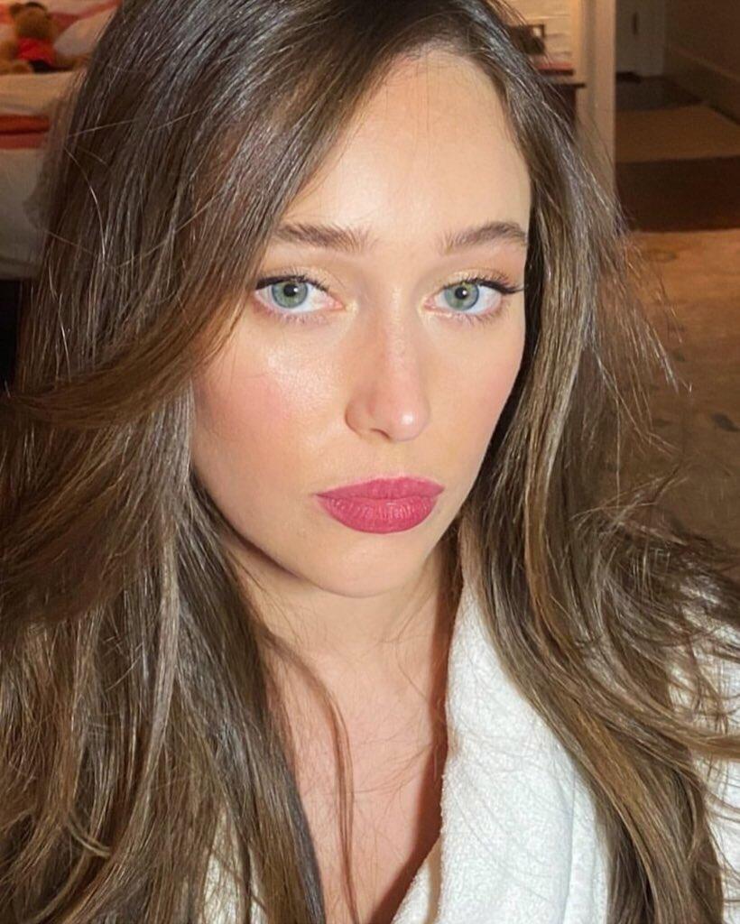 "#PHOTO | ""Alyicia @DebnamCarey for @lovephilosophy  #makeup by me  #hair by @matthewmonzon  #alyciadebnamcarey #lovephilosophy #fearthewalkingdead #naturalbeauty #glowingskin #aussiesofinstagram "" (via gitabass on IG)pic.twitter.com/IZqtIMFN7D"