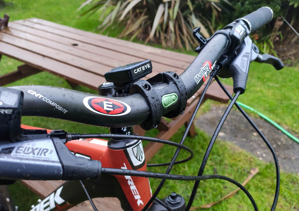 Put some awesome old school @eastoncycling Carbon bars on the bike this weekend, they feel awesome! Always loved the feel of the original EA70 riser so great to have a bar feel I know and trust. • #mountainbike #mtb #mountainbiking #mtblife #downhill #enduropic.twitter.com/GutfBG9Iq3