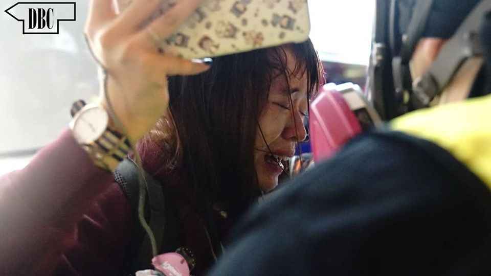 Is it how Hong Kong police treat female journalists? An independent media has reported that my friend @_jasmineleung_ from NBC TV Network was groped by an officer and later pepper-sprayed when she asked for his police ID. It is intolerable. #HongKongProtests #antiELAB <br>http://pic.twitter.com/JJdkRskTRr