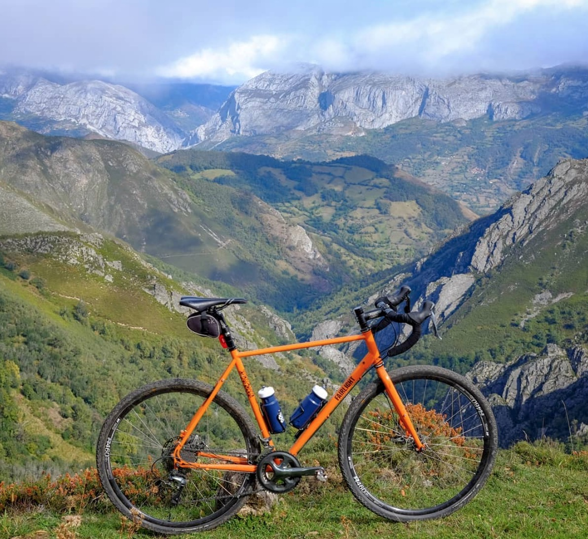 On a grey day like this, it's nice to think of mountains in the sunshine, so here's a big plug for my mate's cycling tour company in NW Spain @farbeyondcycli1. Follow them on Instagram for stunning pictures! https://far-beyond-cycling.com #Asturias #Cycling #MountainBiking #Spainpic.twitter.com/HEI2VXDNqu