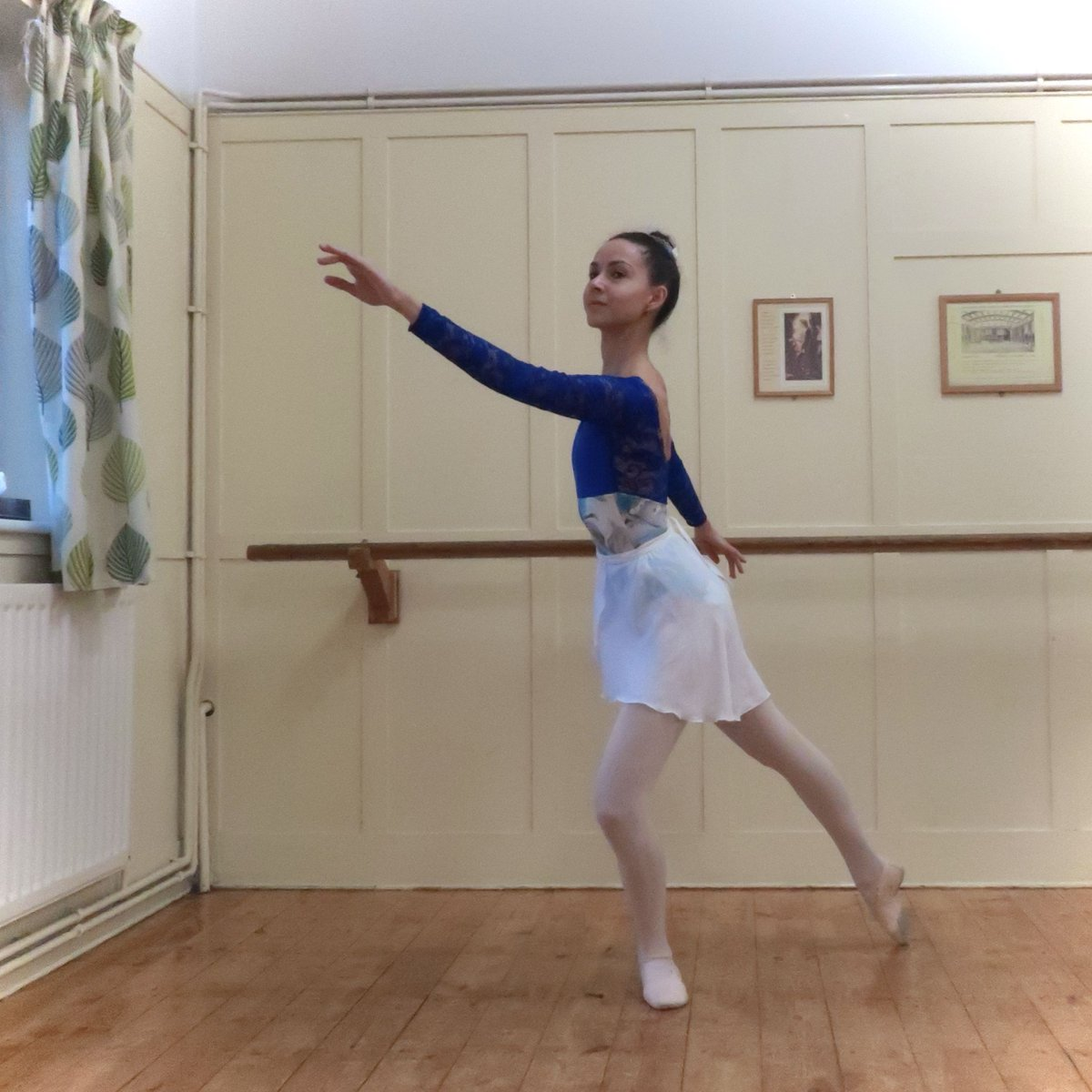 Trying and failing to pose for a nice photo during my private class last Wednesday. Luckily, the leotard is pretty enough that it can distract from everything else!   Leotard: @luckyleodance Skirt: Plume Shoes: @movedancewear  #ballet #ballerina #dance #adultballet pic.twitter.com/NXO6LqobwW